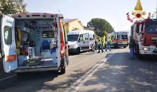 Arezzo, schianto tra un'auto e un pulmino per i disabili: cinque donne ferite. Una grave