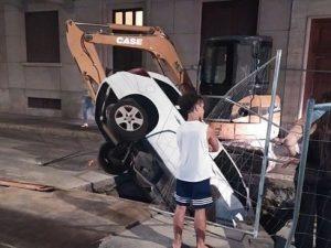 Torino, non vede i lavori in corso e finisce con l'auto nel pozzetto del cantiere