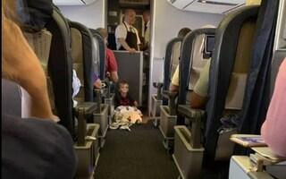Bimbo autistico non riesce a stare fermo in aereo, tutti insieme lo coccolano e lo confortano