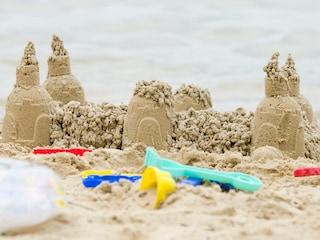 Venezia, il comune vieta i castelli di sabbia in spiaggia per motivi di sicurezza