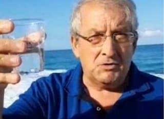"""Diamante, il sindaco beve un bicchiere di acqua di mare: """"Così dimostro che non è inquinata"""""""