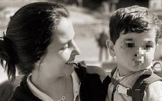 """Insulti al figlio di Di Battista, la denuncia della moglie: """"Hanno detto che è orribile"""""""