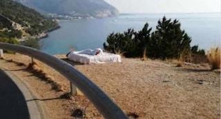 Sardegna, turisti mettono un letto a bordo strada per trascorrere la notte con vista mare. Multati
