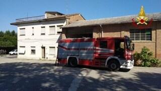 Firenze, cerca di sfuggire alle fiamme sul tetto: operaio di 27 anni precipita e muore sul colpo