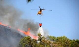 Incendi in Sardegna: casa evacuata e officina distrutta, mezzi aerei in azione