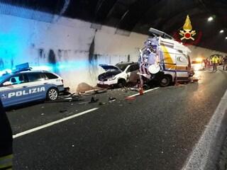 Incidente galleria A12, poliziotti e addetto del soccorso autostradale travolti da un tir