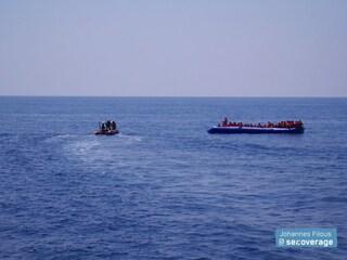 """Ong soccorre 101 migranti che stavano annegando: """"Ostacolati dalla Guardia Costiera libica"""""""