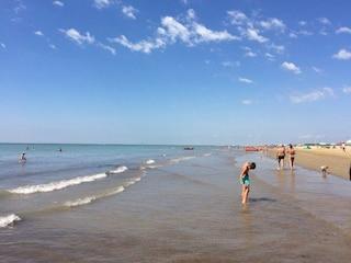 L'ultimo desiderio di un 12enne malato: vedere il mare. I genitori lo portano a Bibione e muore
