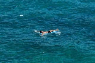 Calabria, si addormenta sul materassino e le correnti lo portano in Sicilia