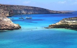 Paura a Lampedusa, barca carica di turisti sbatte contro uno scoglio e affonda