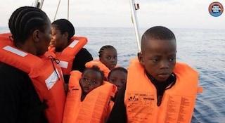 """Migranti, Salvini blocca la """"nave dei bambini"""" a largo di Lampedusa. Il parroco: """"Incomprensibile"""""""
