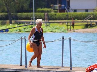 L'impresa di nonna Jacqueline: a 89 anni attraversa a nuoto il lago di Viverone