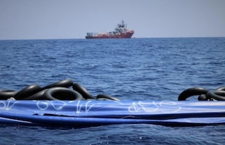 """Ocean Viking, sale la tensione a bordo. 5 migranti tentano il suicidio: """"Serve porto sicuro adesso"""""""