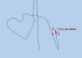 Ocean Viking da 12 giorni in stallo con 356 migranti: nave traccia rotta a forma di cuore