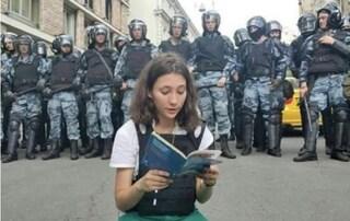 Arrestata Olga Misik, la 17enne che sfida Putin leggendo la Costituzione