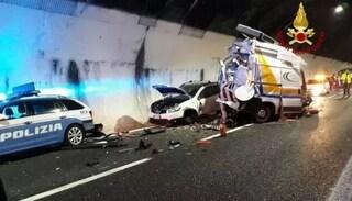 Genova, morto l'operaio di Autostrade travolto da un tir mentre aiutava un automobilista