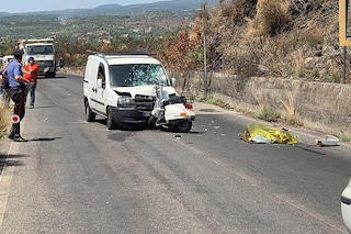 Terribile scontro a Paternò, in via Mongibello: Vespa contro furgone, muore un 17enne
