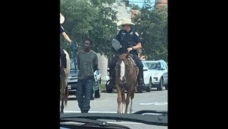 """Poliziotti a cavallo trascinano un uomo """"al guinzaglio"""": la foto su facebook indigna gli USA"""