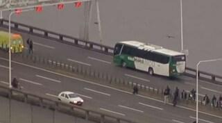 Paura in Brasile, uomo  prende in ostaggio passeggeri del bus per 4 ore: ucciso dai cecchini