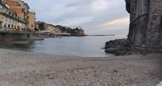 Rapallo, tocca fili elettrici mentre esce dal mare: sedicenne folgorato, è grave