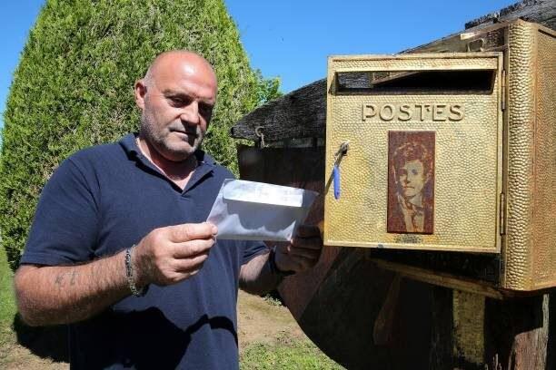 La cassetta delle lettere sulla tomba di Rimbaud