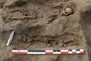Perù, scoperti in una fossa comune i resti di 227 bambini sacrificati alle divinità Chimú
