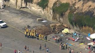 California. Crolla scogliera sulla spiaggia affollata di turisti: tre morti e diversi feriti