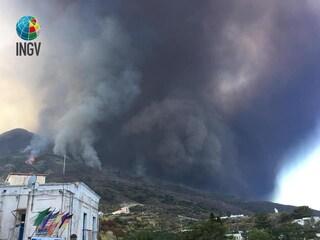 """Stromboli, allerta Ingv: """"Allarme tsunami se collassa la Sciara del Fuoco"""""""