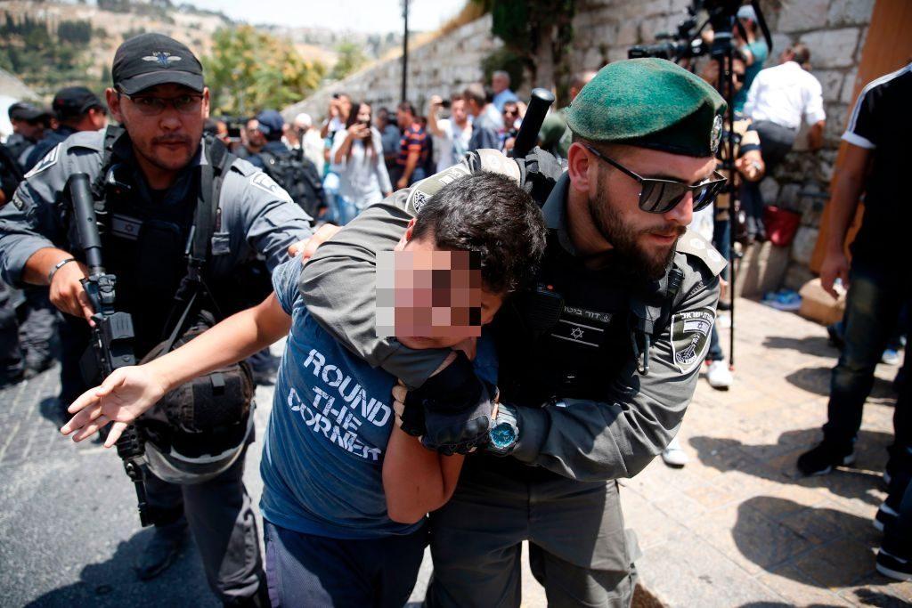 L'arresto di un minore palestinese durante una protesta fuori alla moschea al–Aqsa a Gerusalemme (Gettyimages)