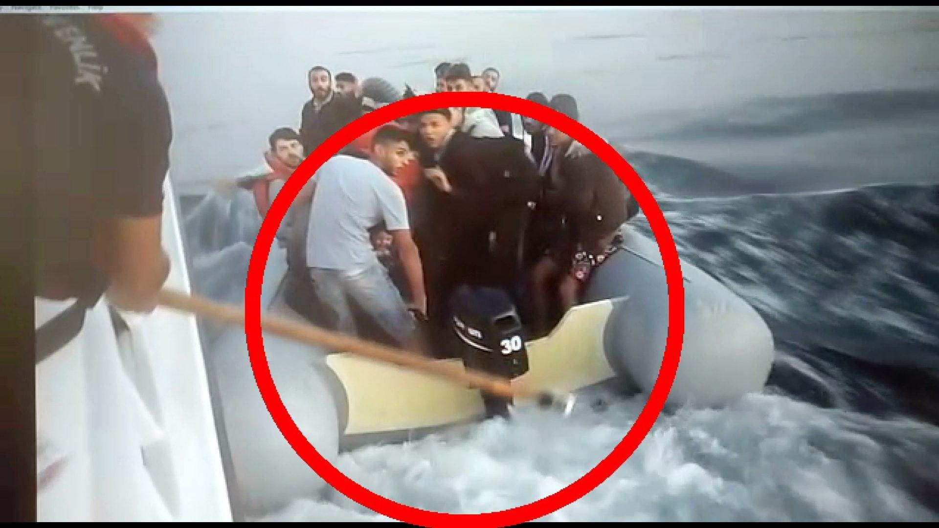 Un fotogramma del video diffuso dalle autorità turche in cui si vedono i guardacoste utilizzare mezzimarinai in legno per cercare di fermare il motore del gommone su cui viaggiano i profughi