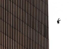 """11 settembre 2001: i duecento """"falling man"""" degli attentati al World Trade Center"""