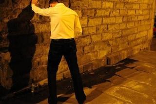 Bologna: beccato a far pipì sul muro del commissariato. Multa da 5mila euro