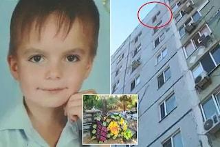Genitori lo picchiano ogni volta che si comporta male, bimbo di 8 anni si getta dal 9° piano e muore