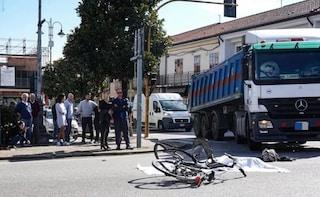 Padova, attraversa la strada con la bicicletta e viene travolta e uccisa dai camion