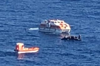Crociera interrotta dai migranti in mare, il capitano ferma la nave e li salva tutti