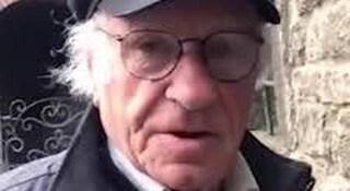"""Porta ogni giorno a scuola un bimbo cieco: a 84 anni Romano è il """"Nonno dell'anno"""""""