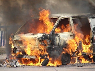 Incidente sull'A1 Milano-Napoli, auto si ribalta e prende fuoco: un morto