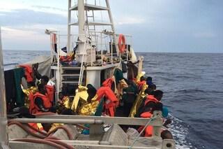 Migranti, la Eleonore dichiara stato emergenza e forza il blocco: Gdf la sequestra