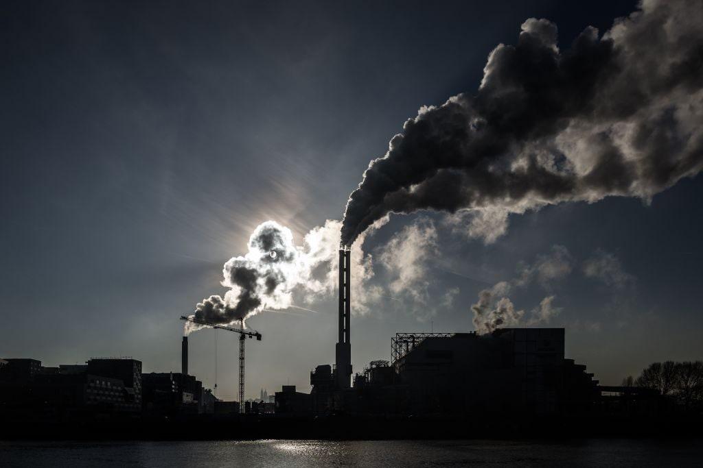 Il fumo di un impianto di incenerimento dei rifiuti a Saint–Ouen, alla periferia di Parigi (Gettyimages)