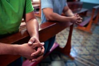 Pisa, se i figli non pregano non gli dà da mangiare: padre patteggia 2 anni per maltrattamenti