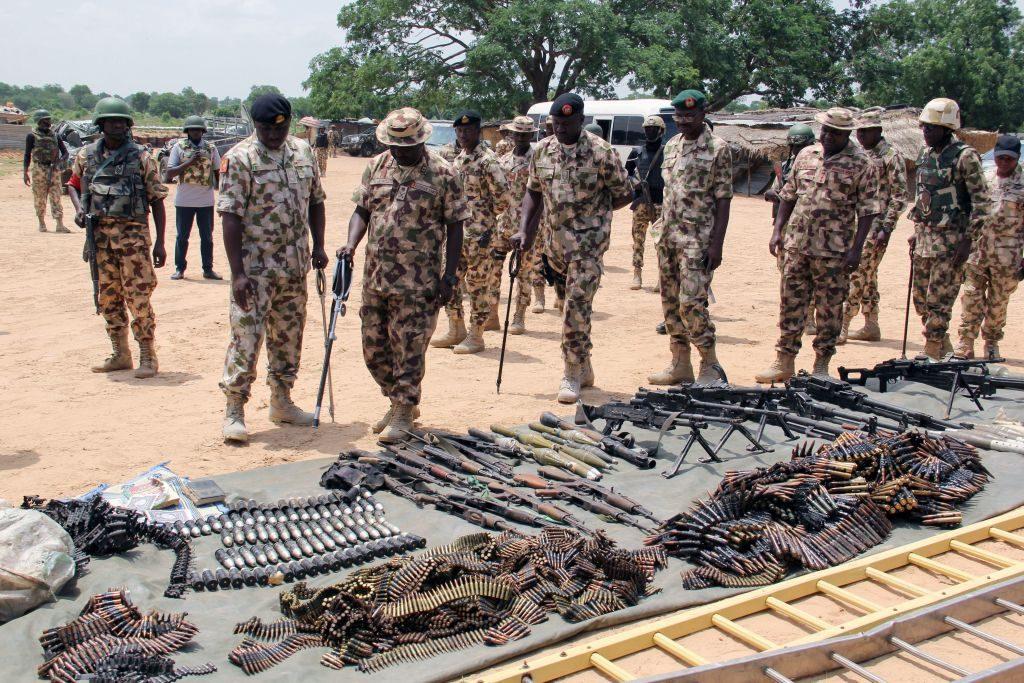 Militari nigeriani ispezionano armi e munizioni sequestrate a Boko Haram nello Stato di Yobe a luglio 2019 (Gettyimages)