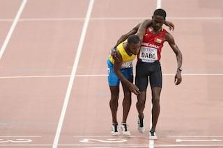 Atletica, Mondiali di Doha: Busby crolla a terra, Dabó lo aiuta ad arrivare al traguardo