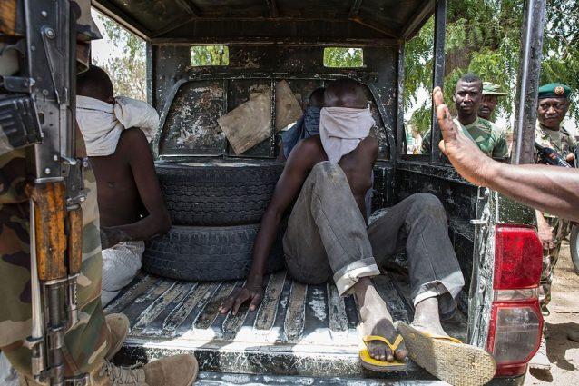Alcuni giovani arrestati dall'esercito nigeriano nella città di Bama con l'accusa di far parte del gruppo jihadista Boko Haram (Gettyimages)