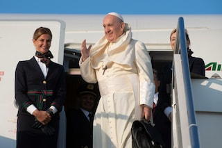 """Papa Francesco in volo per l'Africa: """"Un onore se mi attaccano gli americani"""""""