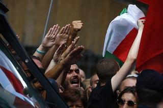 """FdI e Lega in piazza per """"difendere la democrazia"""". A colpi di saluti romani"""