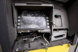 Scena da Far West vicino Udine: rapinano il bancomat, poi la sparatoria con il vigilante