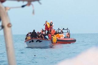 Migranti, arrivata a Messina la Ocean Viking: sbarcano 182 persone