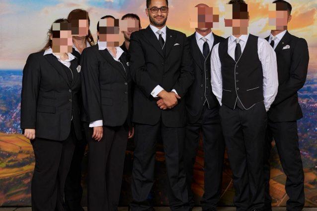 Omri (al centro) con altri fedeli nella sede di Scientology a Stoccarda