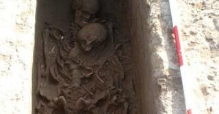 Un abbraccio lungo 2500 anni: padre e figlio sepolti insieme scoperti in Puglia