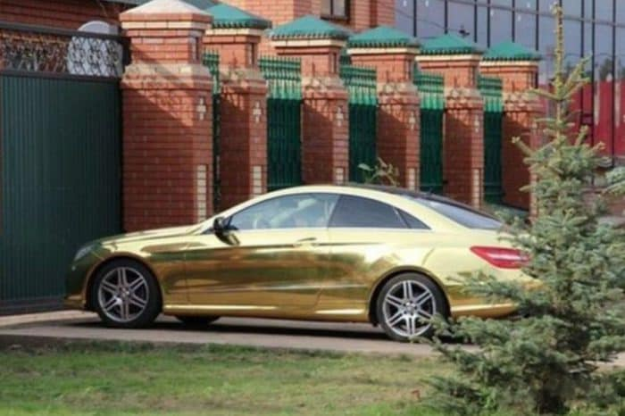 La berlina di lusso color oro dell'abate del monastero ortodosso (Orenburg.media)